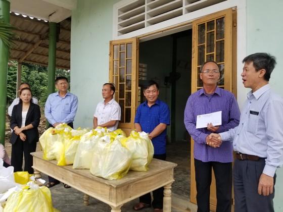 Trao tặng 5 triệu đồng tiền mặt cho CLB Chăn nuôi bò của thôn để phục hồi sản xuất