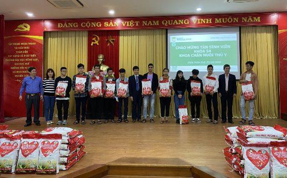 Trước đó, ngày 22/10, khoa CNTY cũng đã trao hơn 100 suất quà hỗ trợ Tân sinh viên đền từ vùng ngập lụt