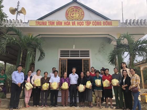 Trao tặng quà tại thôn Bắc Bình, xã Cam Tuyền, huyện Cam Lộ, tỉnh Quảng Trị